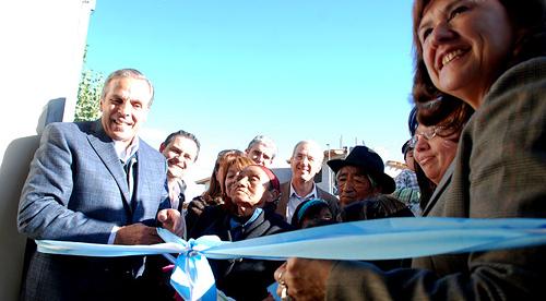 Sapag inauguró obras de remodelación y ampliación de la biblioteca del barrio Islas Malvinas.